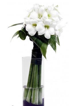 Букет белых амариллисов в вазе