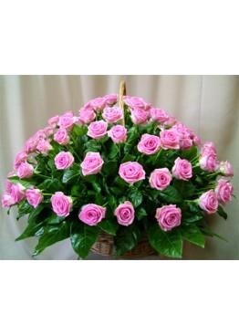 55 розовых роз в корзине